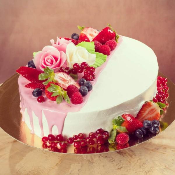 Торт с цветами и ягодами