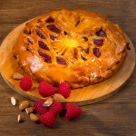 Пирог дрожжевой малина с марципаном