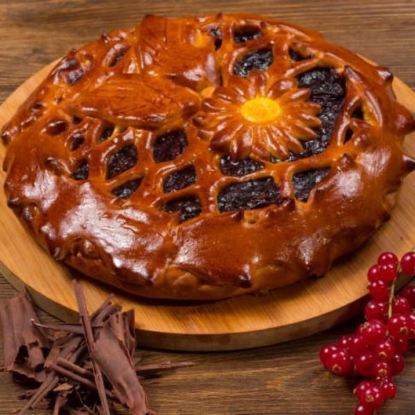 Пирог дрожжевой пирог с чёрной смородиной и шоколадом