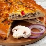 Пирог дрожжевой с судаком, красным луком и грибами