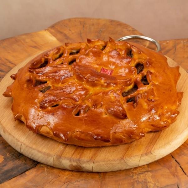 Пирог дрожжевой с говядиной, томлёной в пиве с красным луком