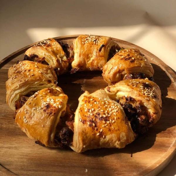 Пирог слоёный Средиземноморский с курицей и овощами