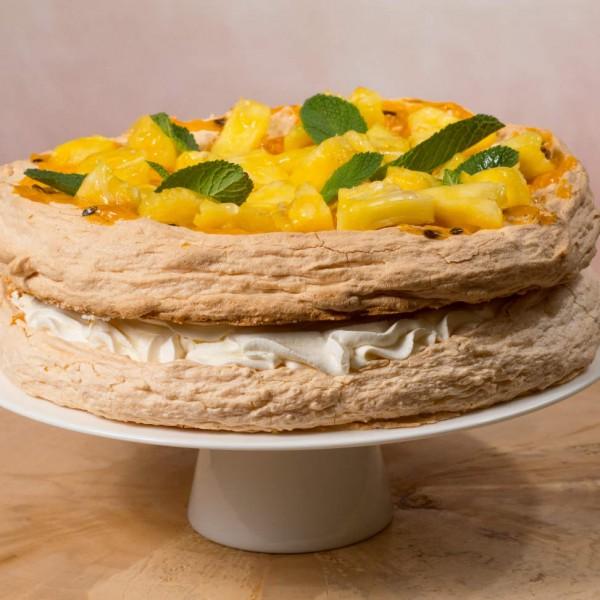 Торт Монако со свежим ананасом маракуйей и мятой.